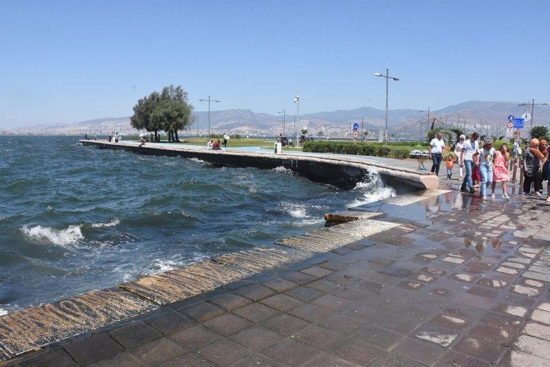 İzmir'de caddeler boşaldı Kent Ormanı ve sahiller doldu taştı