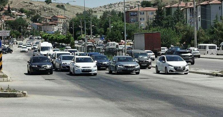 Kavşak noktası Afyonkarahisar'da araç yoğunluğu! Yollar tatilcilerle dolu