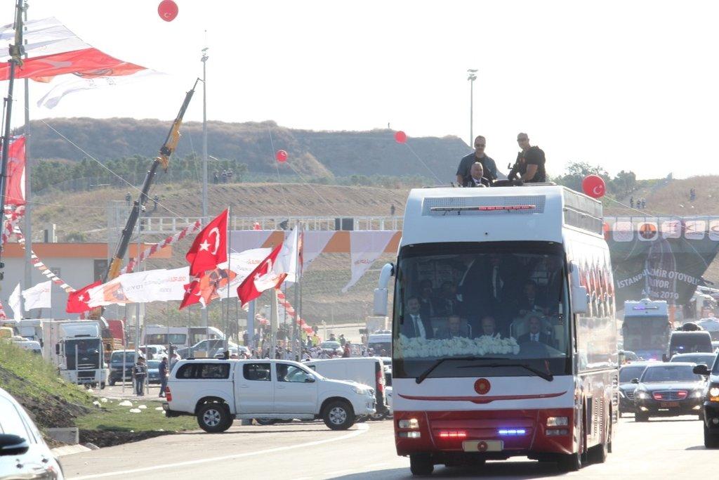 Başkan Recep Tayyip Erdoğan, çaya davet eden kadınlara çay ikram etti