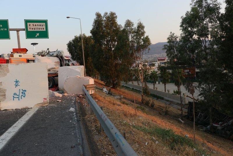 Peş peşe kazalar! İzmir'de korkunç kaza! 2 TIR çarpıştı