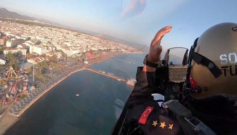 Balıkesir Edremit Körfezi'nde SOLOTÜRK rüzgarı! Gösteri nefesleri kesti