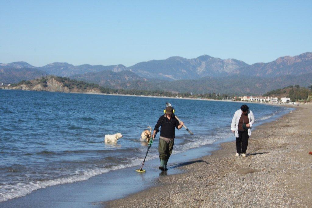 Fırtına sonrası plajda dedektörle altın arıyor