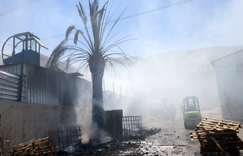 İzmir Bornova'da korkutan yangın! Otluk alanda çıktı fabrikaya sıçradı