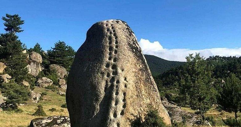 Emet'te 21 basamaklı kaya görenleri şaşırtıyor