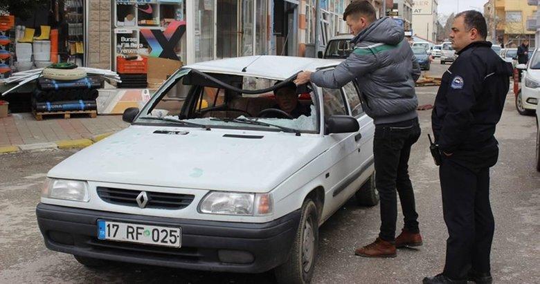Şiddetli lodosta çatıdan kopan parça otomobilin üzerine düştü