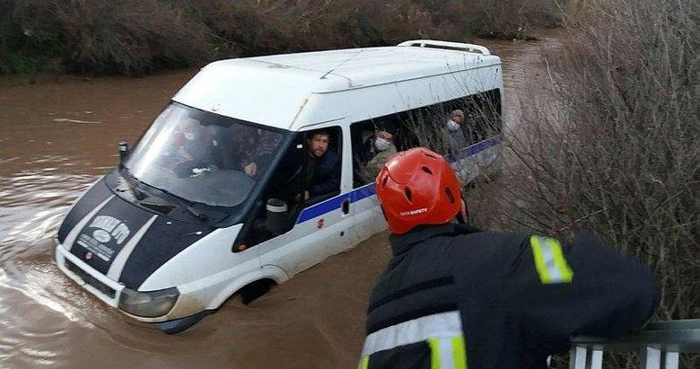 Minibüste mahsur kalan 10 kişiyi itfaiye kurtardı