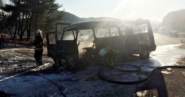 Muğla'da minibüs tamamen yandı