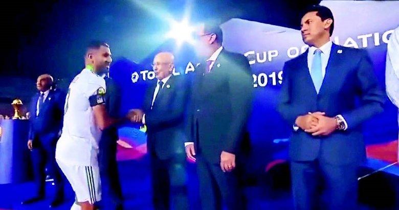 Cezayirli futbolcudan dünyaya örnek protesto
