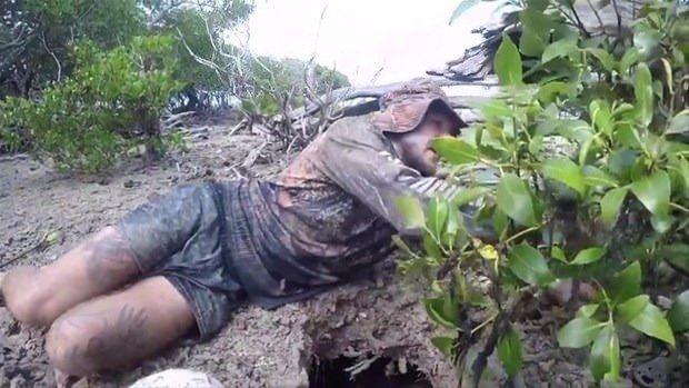 Toprağın altına girip yakaladı! Herkesi şaşırtan taktik...