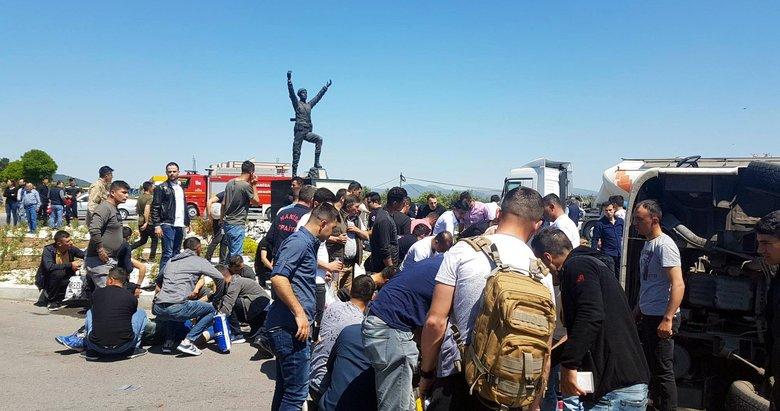 Askerleri taşıyan midibüs tırla çarpıştı