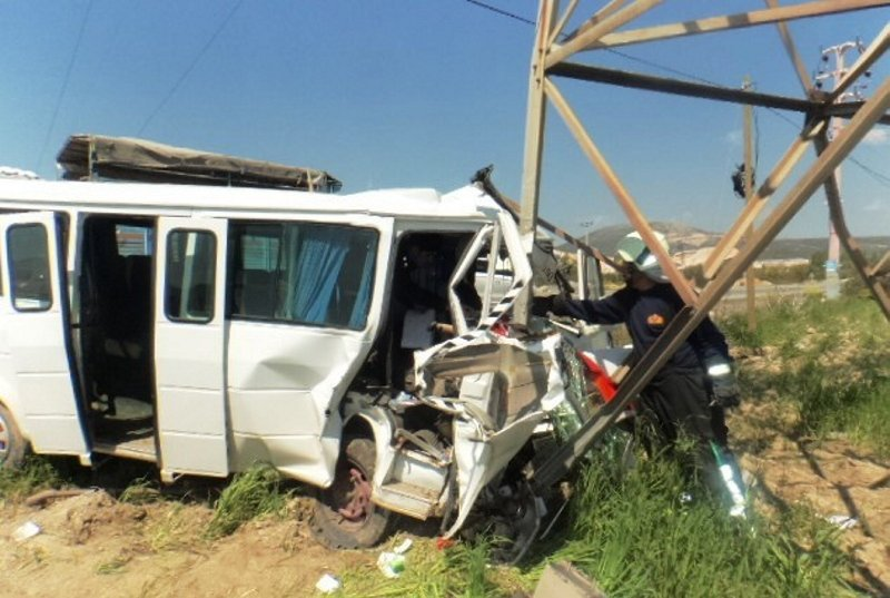 Muğla'da feci kaza! Yoldan çıkan minibüs...