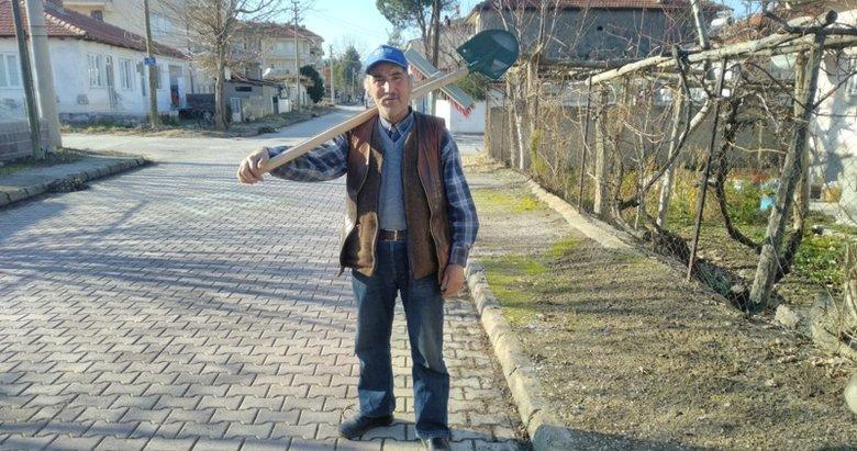 Denizli'de temizlik görevlileri, sokakları anne ve babasının hayrına süpüren adama tepki gösterdi