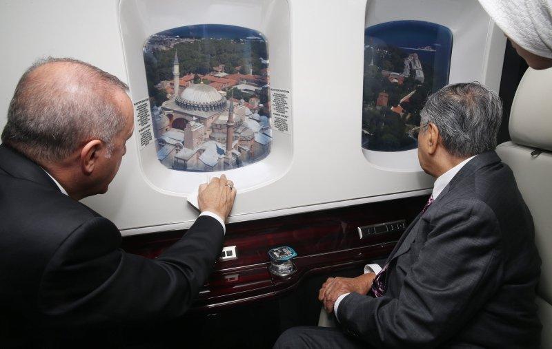 Başkan Erdoğan, Malezya Başbakanı'na havadan İstanbul'u tanıttı