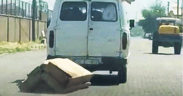 Minibüse sığmadı sürükleyerek taşıdı