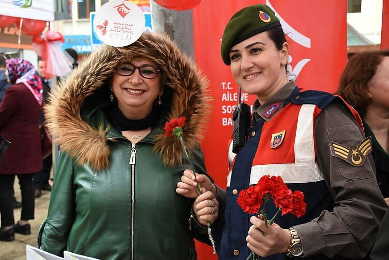 Jandarma'dan kadınlara jest