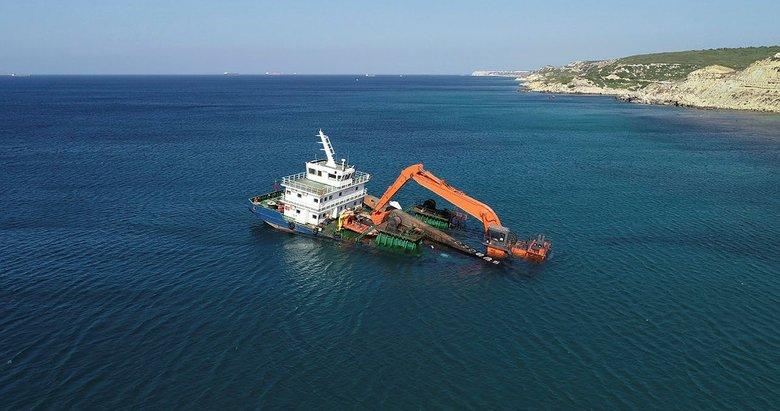 Bozcaada'da su alınca karaya oturtulan gemi etrafına bariyer çekildi