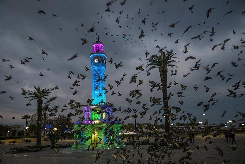 İzmir güne böyle uyandı! Tarihi Saat Kulesi'nde görsel şölen