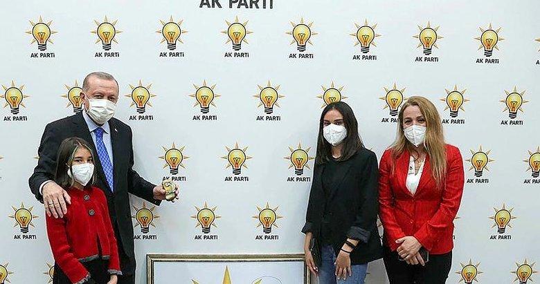 İzmirli Simay, AK Parti'nin '23 Nisan' logosunu Erdoğan'a hediye etti