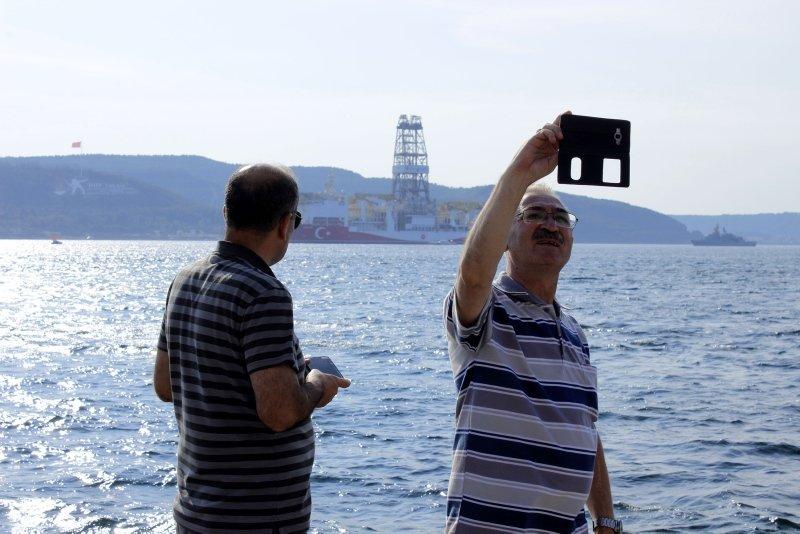'Yavuz' sondaj gemisi Çanakkale Boğazı'ndan geçti! Şehitleri selamladı! Gören telefonuna sarıldı
