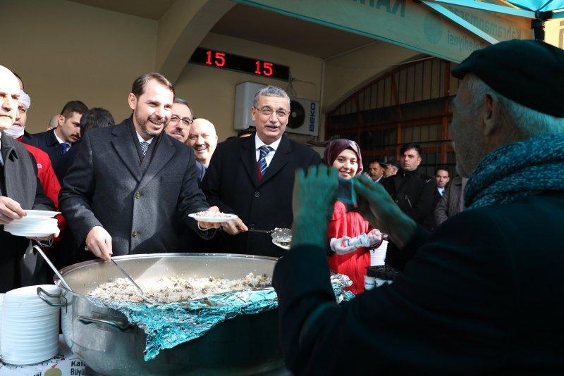 Hazine ve Maliye Bakanı Berat Albayrak Kahramanmaraş'ta vatandaşlara pilav dağıttı! Maraş'ta sevgi seli