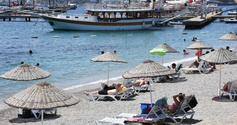 Antalya ve Muğla'da sosyal mesafeli deniz keyfi sürüyor