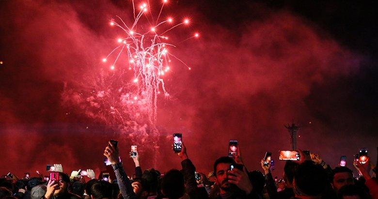 İzmirliler yeni yıla Cumhuriyet Meydanı'ndaki kutlamalarla girdi