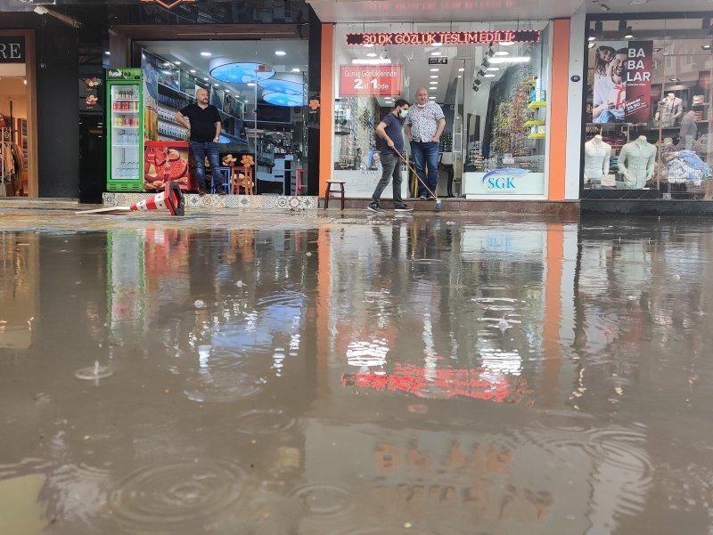 İzmir'de kuvvetli yağış ve dolu! Her yağmurda aynı manzara