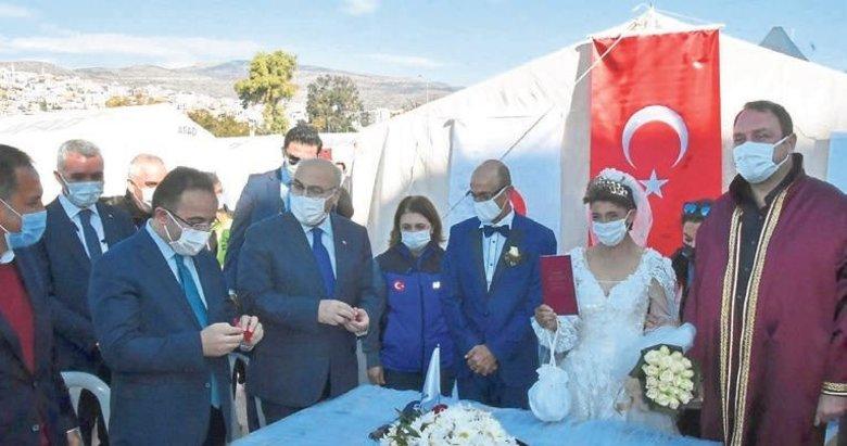 Depremzede çifte çadır kentte nikah