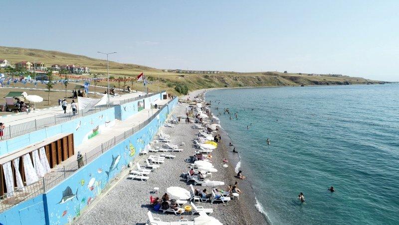 Van'ın mavi bayraklı plajına tatilciler akın ediyor