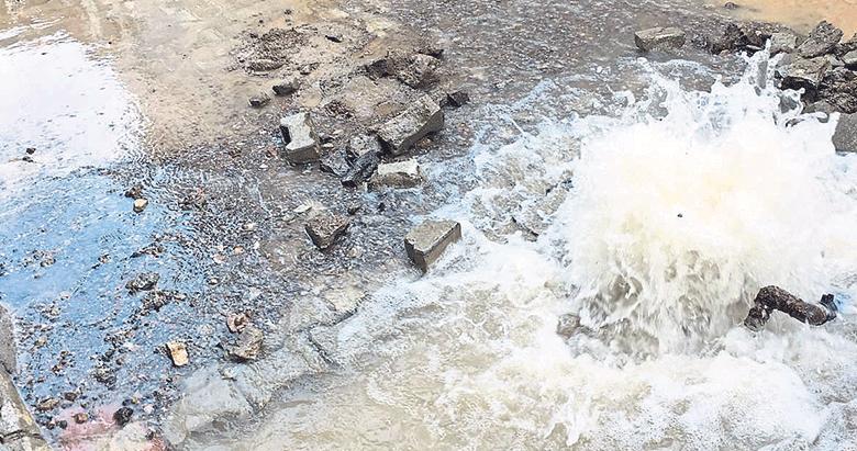 Boşa akan temiz su bütün sokağı doldurdu