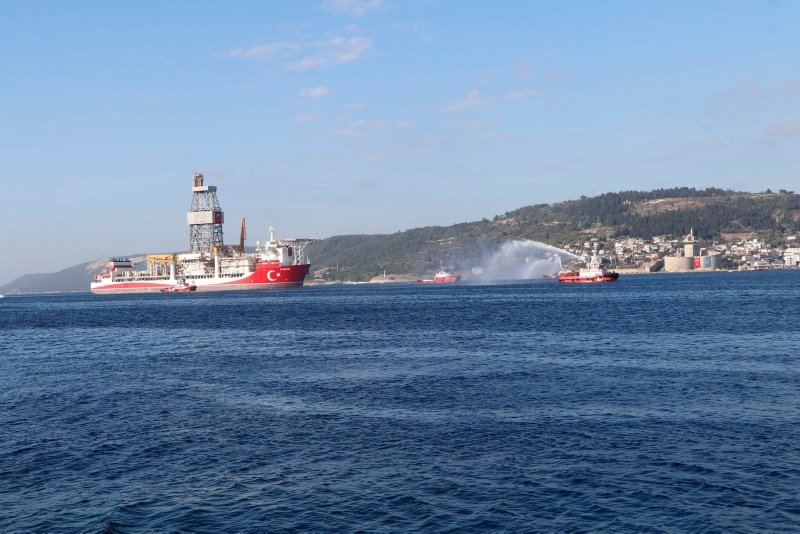 Kanuni sondaj gemisi Çanakkale Boğazı'ndan geçişine başladı