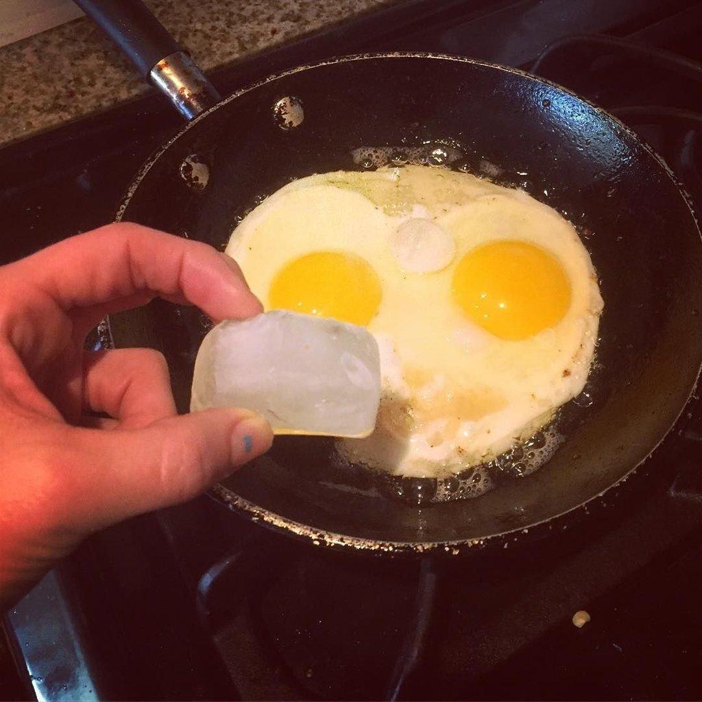 Yumurta pişirirken içine bir küp buz atarsanız...