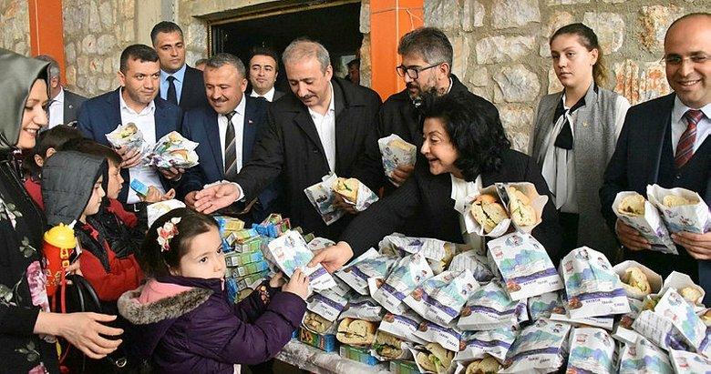 Vali Civelek, sağlıklı beslenme için balık ekmek dağıttı