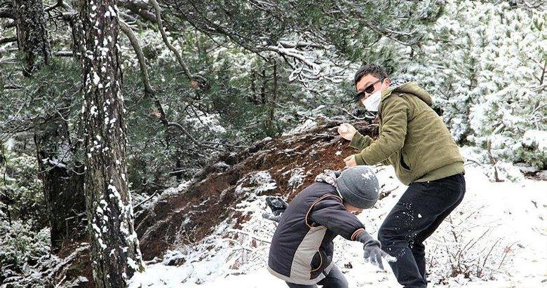 Spil'de kar keyfi yaşayan vatandaşlar: Biz İzmirliler için kar altından daha değerli
