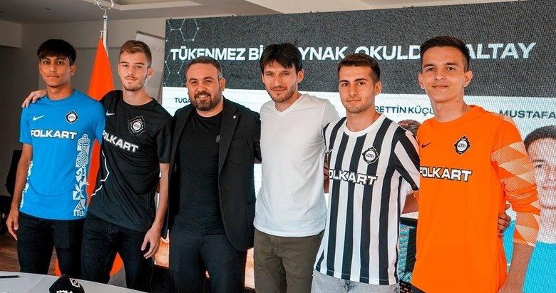 Altay, 4 futbolcusuyla profesyonel sözleşme imzaladı