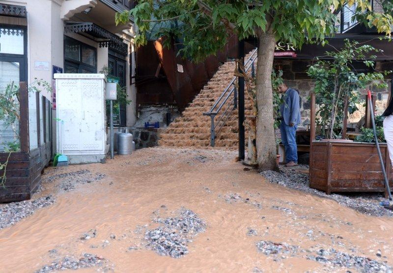 İzmir Konak'ta su borusu patladı, denizin rengi değişti