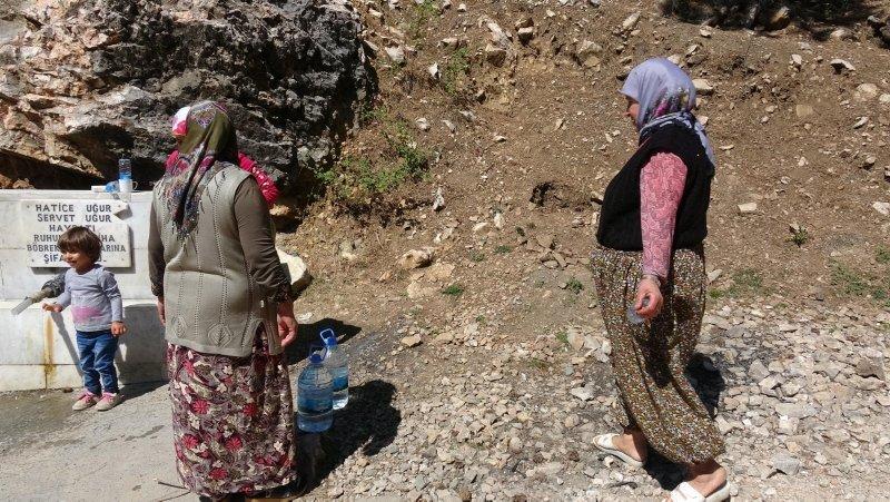 Muğla'da şifalı olduğuna inandıkları suyu bidonlarla evlerine taşıyorlar