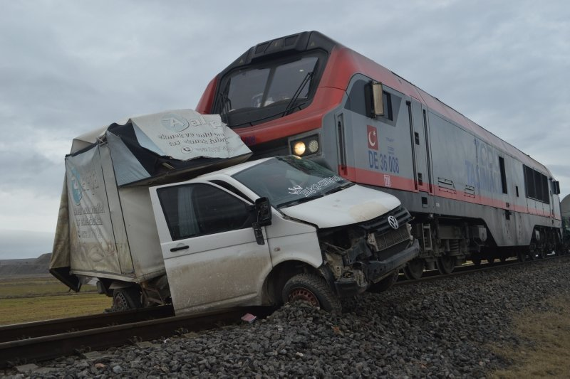 Aynı yer aynı kaza! Tren ekmek yüklü kamyonete çarptı: 1 ölü