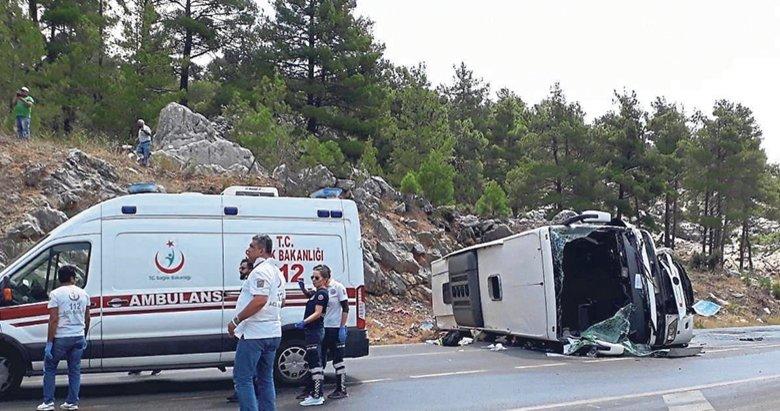 Tur otobüsüyle iki araç çarpıştı