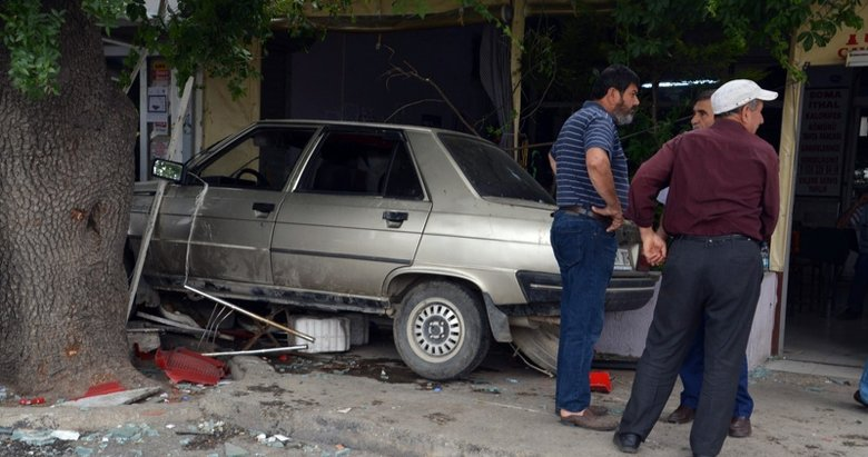 Kontrolden çıkan otomobil kahvehaneye girdi: 2 ölü