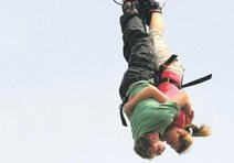 Bungee jumping yaparken çakıldılar
