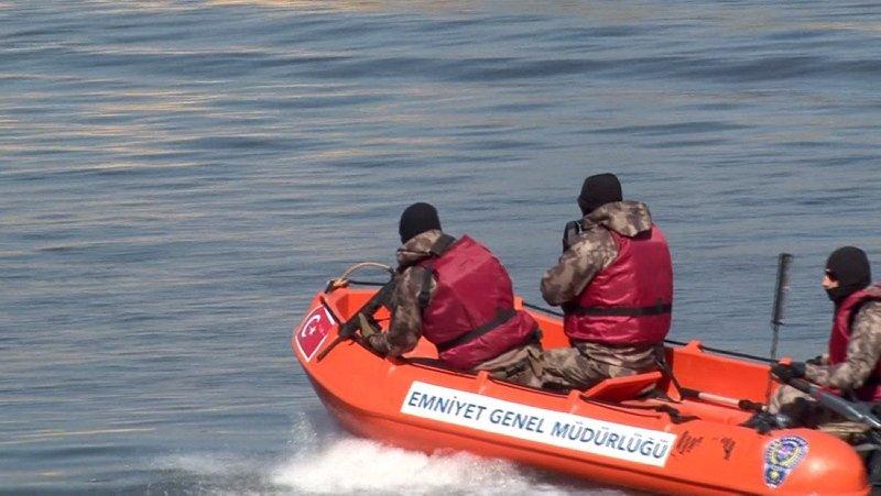 Özel harekat polisleri, Yunanistan'ın göçmenleri itmesini böyle engelliyor