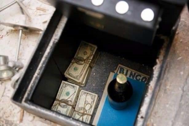 Tavan arasında bulduğu kasayla milyoner oldu