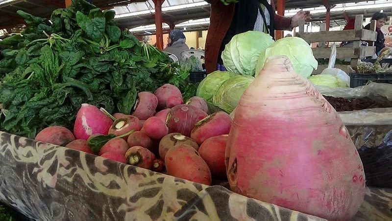 Çanakkale'de pazarda görenleri hayrete düşüren görüntü! İşte birbirinden tuhaf bitki, sebze ve meyveler...