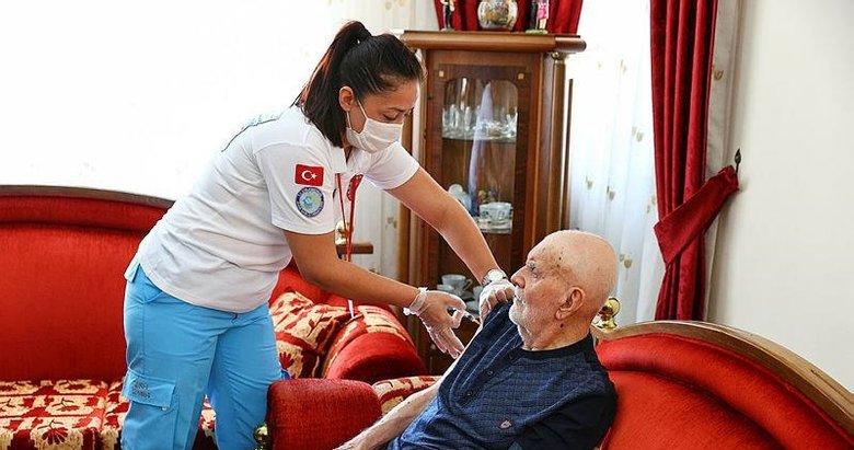 İzmir'de 102'nci yaş gününde üçüncü doz aşısını oldu! Sağlık ekibinin bir de sürprizi vardı