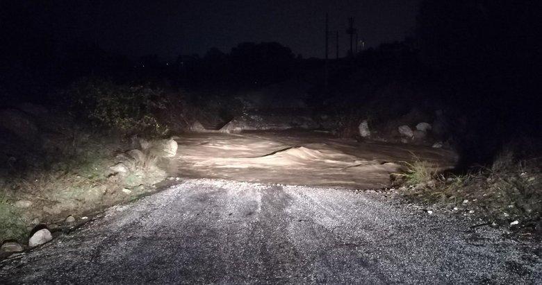İzmir'de aşırı yağışlar sele yol açtı: Sulara kapılan araçtaki iki kişi kayıp!