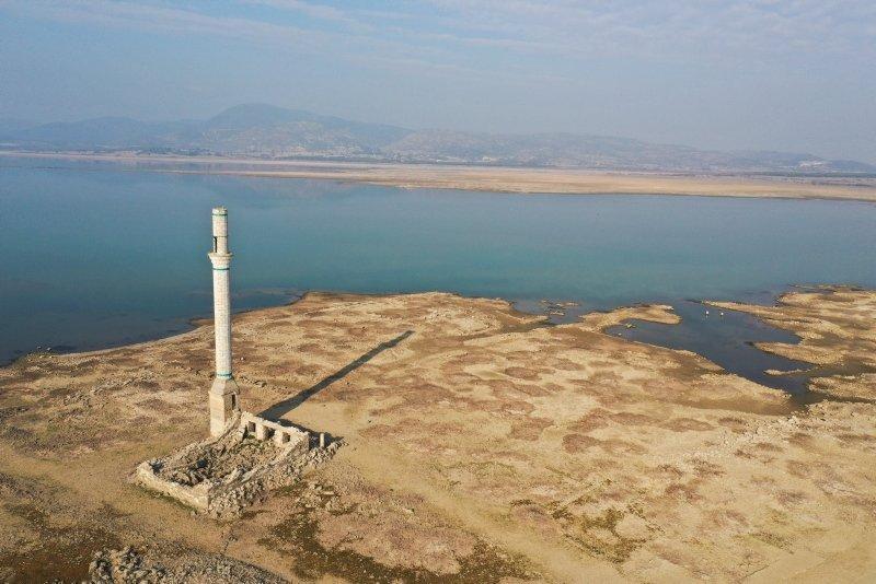 Sular çekilince ortaya çıktı! İzmir'de dikkat çeken manzara
