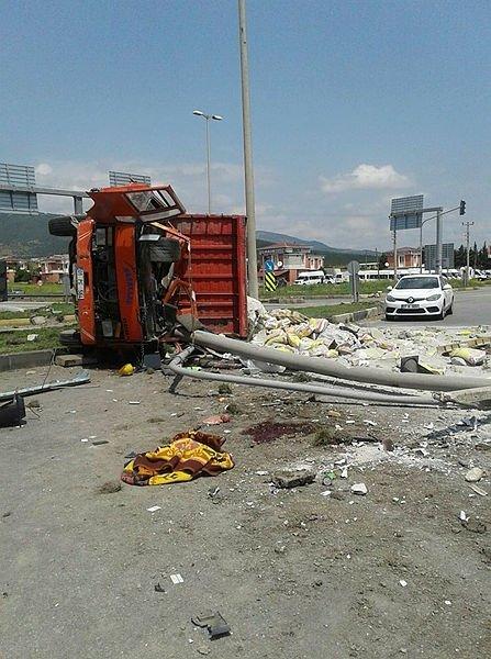 Çimento yüklü kamyon devrildi
