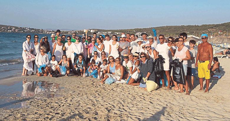 Sosyeteden Çeşme'de plaj temizliği