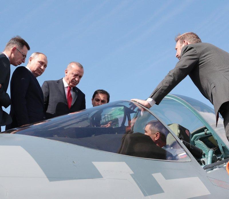 Başkan Erdoğan ve Putin SU-57'nin başında incelemelerde bulundu